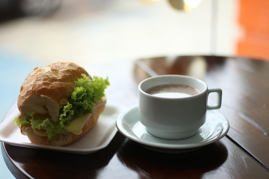 Té acompañado con pan, café y refrigerios